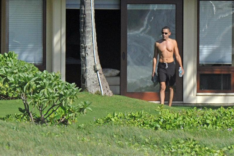 MORE PICTURES OF THE OBAMA FAMILY IN HAWAII