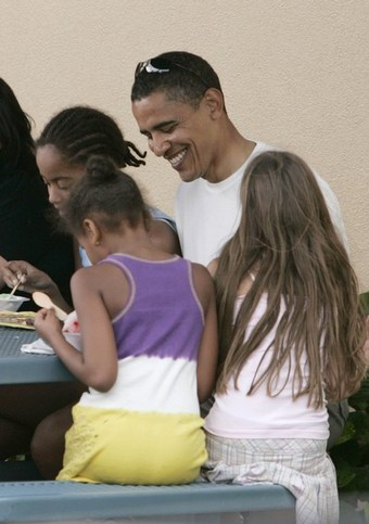 BARACK OBAMA AND DAUGHTERS HEAD TO THE MALL