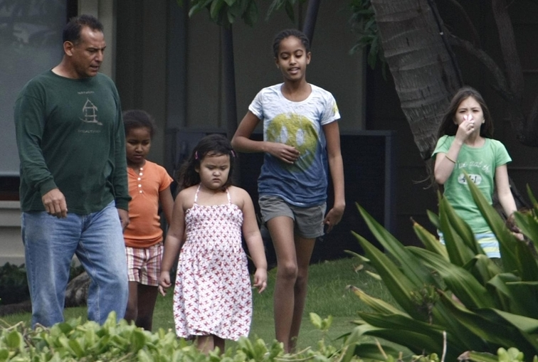 BARACK OBAMA AND FAMILY IN HAWAII(PICS OF MALIA AND SASHA)