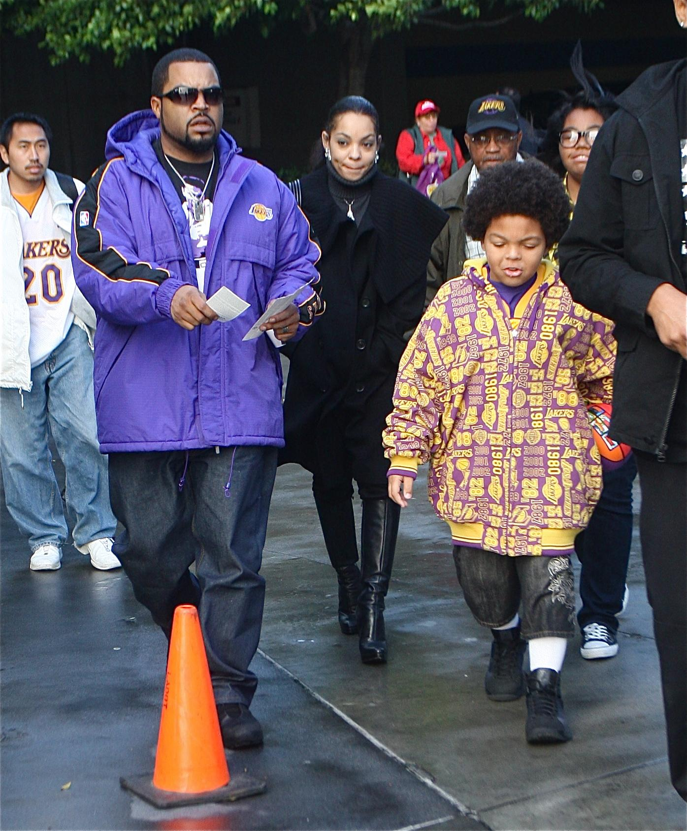 ICE CUBE AND FAMILY AT A LAKERS GAME