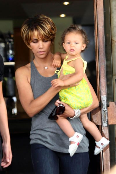 "HALLE TO PAPS: ""THIS IS MY CHILD. BACK UP!""(Video Inside)"
