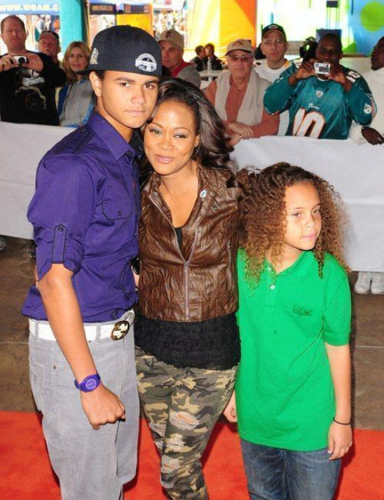 Robin Givens And Sons Hit The Orange Carpet