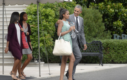 WASHINGTON, DC - JULY 17: President Barack Obama, daughter Sasha Obama and two of Sasha's friend leave the White House to board Marine One July 17, 2015 in Washington, DC. (Photo by Olivier Douliery-Pool/Getty Images)