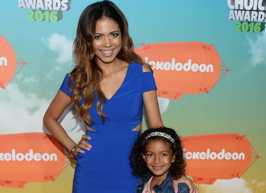 jennifer freeman and daughter hang out at kids choice awards
